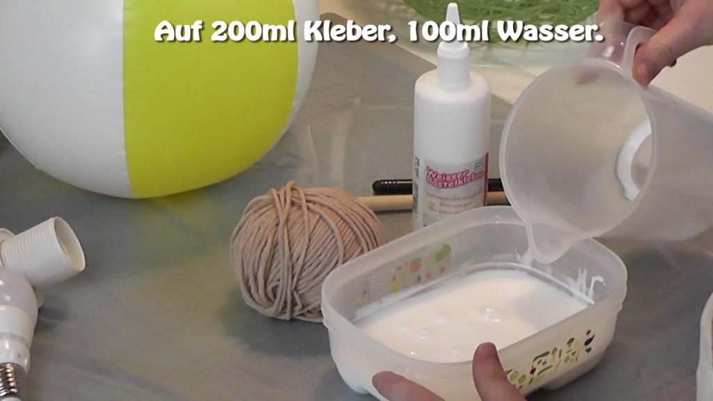 Kleber mit Wasser vermischen